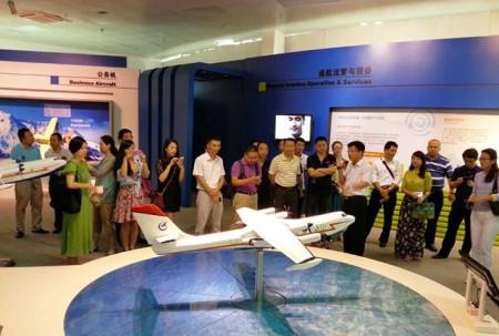 同学们为中航飞速的发展和取得的成果表示赞叹.
